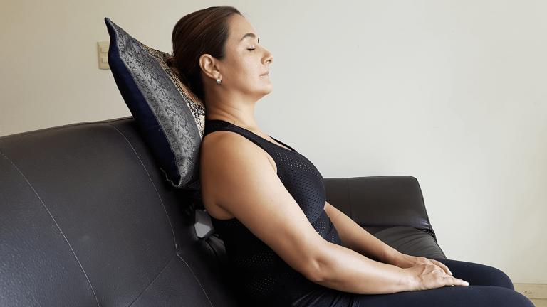 Usa una almohada como soporte al aplicar CORDUS en sillón.