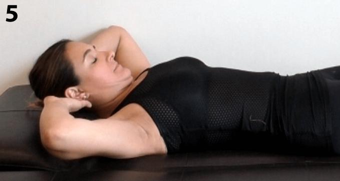 Retira CORDUS, dobla las rodillas y pon las manos entrelazadas detrás de tu cabeza, inhala y al exhalar lleva tu barbilla al pecho con un 20/30% de esfuerzo