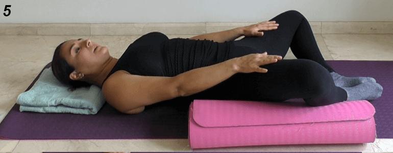 Si en esta posición siente demasiada molestia a la altura de la pelvis, coloque algún soporte debajo de las piernas