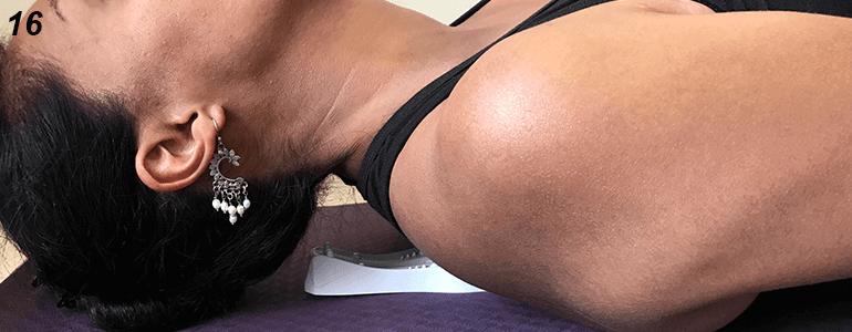 """Si tienes problemas en la zona dorsal (escoliosis) pon el aparato arriba de los omóplatos de forma que los puntos """"C"""" y """"D"""" estén situados arriba de los omóplatos."""